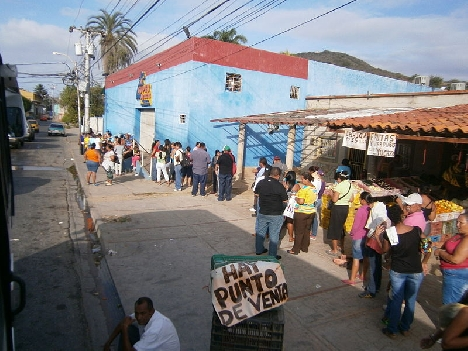 A food line in Venezuela. (Photo by The Photographer/Wikimedia.)